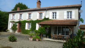Renovated farmhous with 8 bedrooms, pool, outbuildings and gardens