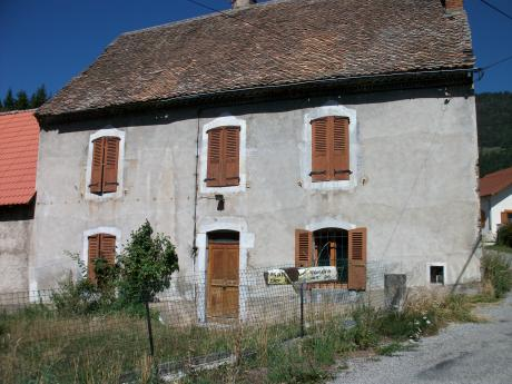 Authentic farm and outbuilding dating from 1750