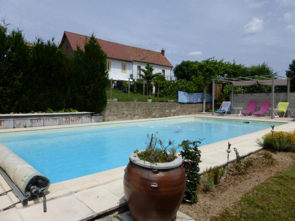 Former wine maker farm with 2 semi-detached houses and its own vineyard, swimming pool 5x10 mtr