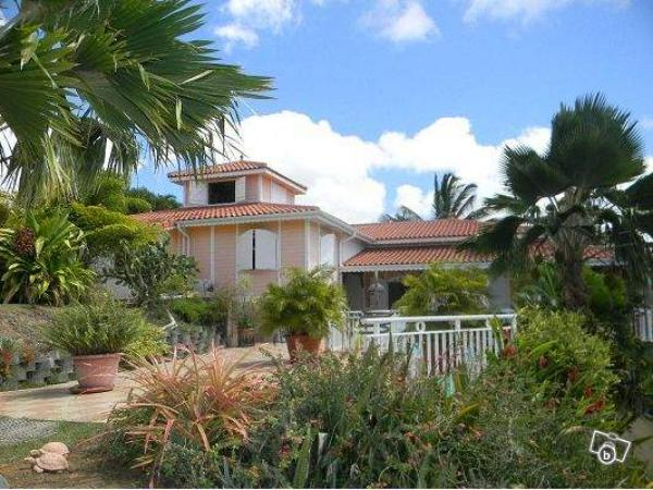 MARTINIQUE, beautiful and large villa with swimming pool and wooded park.
