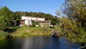 Country house on 9.3 hectares with panoramic view, swimming pond and tennis court