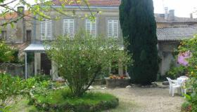 Stately house with 560 m2 of land in the centre of a village near Bordeaux