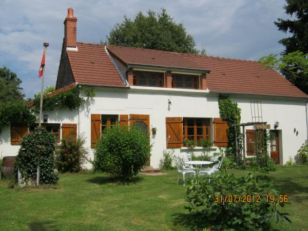 Comfortable house with many extra's at 2.5 hours south of Paris.