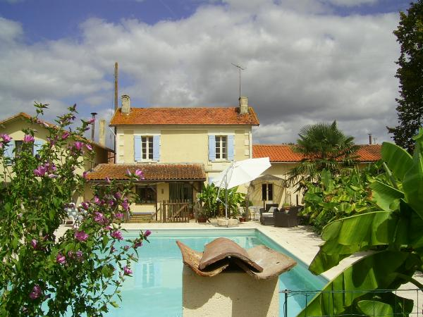 Villa with gîte, large swimming pool and outbuildings on 1ha