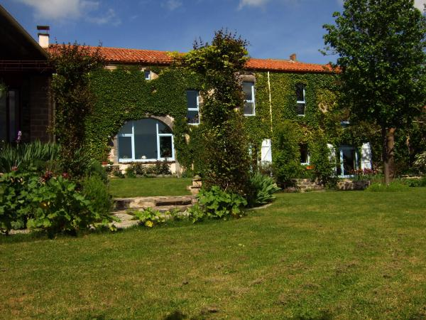 Beautiful farmhouse with swimming pool and guest house in a historic village