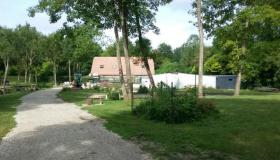 Large atypical property in Oise bordered by ponds with several outbuildings