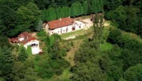 Estate with three inhabitable homes on 1.6 ha in the midst of a forest