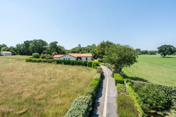 Country house with guest apartment and double garage, 5 minutes from the Atlantic coast