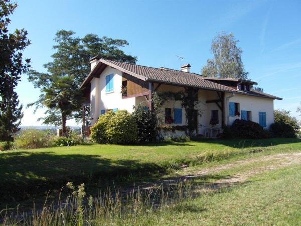 Landaise style house with 242m² floor area.
