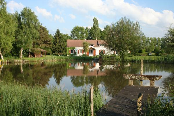 Refurbished 19th century property south of Paris, 2 hectares with pond and swimming pool