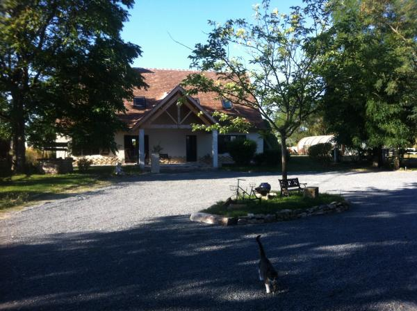Beautiful area of 8 acres with house, swimming pool, stables, cottage, sauna .....