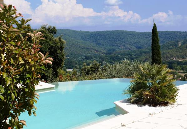 Impressive, modern villa with infinity pool and fabulous view, about 1 km from the village of Salernes