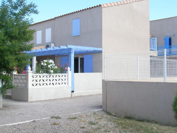Traditional Languedoc style 2 bedrooms house, parking space and use of a large swimming pool.