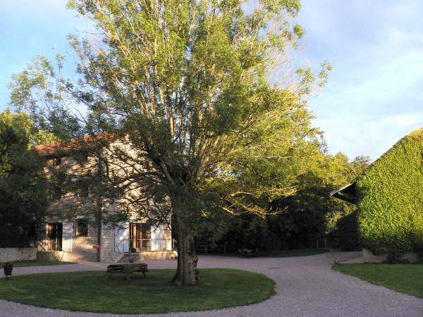 Beautiful mill with heated pool, 2 barns and 1.7 hectares