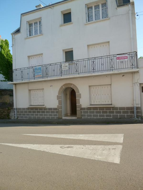 Detached building with three T3, close to the marina, beaches, shops