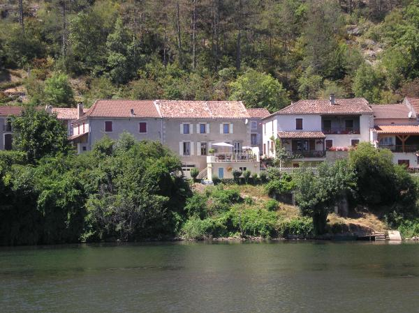 Anglers dream - riverside house on the edge of Douelle