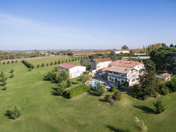 Country estate with over 700m2 living space on 7 acres with stables and lake