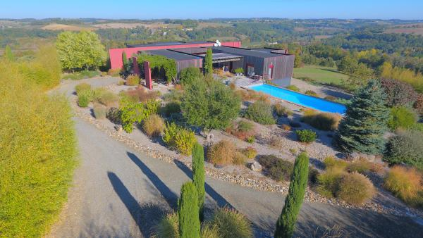 Superb architect-designed property 320m2 with big heated pool and great views