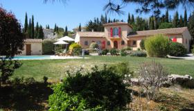Very nice villa with garden with trees in a quiet area, swimming pool, nice view and independant apartment.