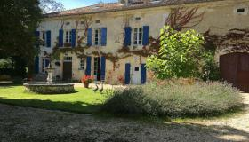 Unique ensemble of 3 authentic Périgourdine houses for sale in the Dordogne with large barn, swimming pools and tennis court on 1,7 ha of land.