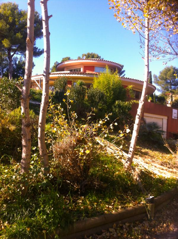 Oval-shaped villa of exceptional architecture with constructible plot €200,000 resale value