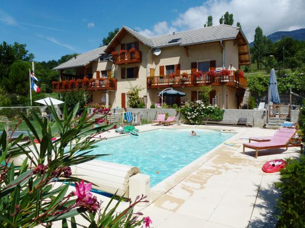 Villa with four apartments, guest rooms and large swimming pool in the Hautes Alpes