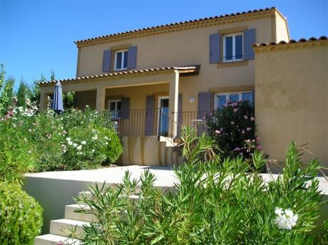 Detached villa on a large estate with view over Luberon