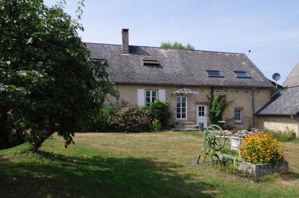 Authentic farmhouse with B&B, barn and stables, plafond á la française, 3 fireplaces, breadoven, french tiles, winecellar, suitable for having horses, pasture 2,5 acres.
