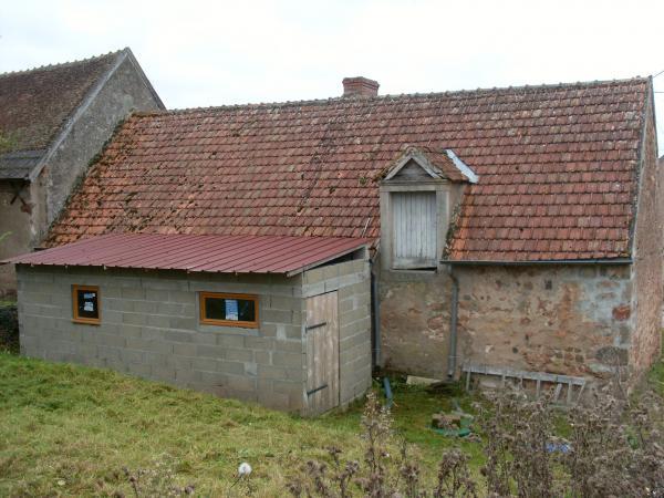 Te koop te renoveren huis met schuur op 1 1 ha dichtbij bos for Huis met paardenstallen te koop