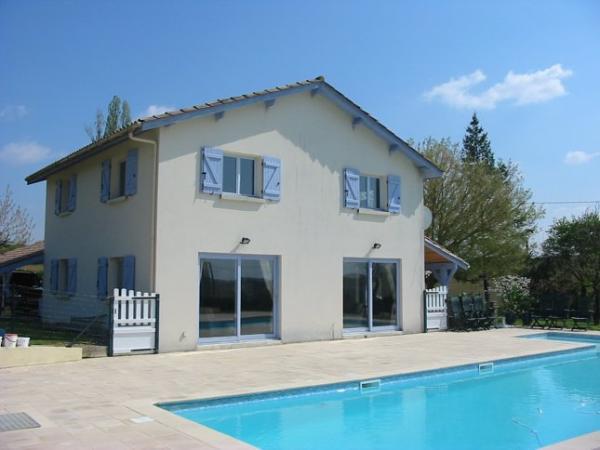 Te koop vrijstaand huis met groot zwembad net buiten een for Huis te koop antwerpen met tuin