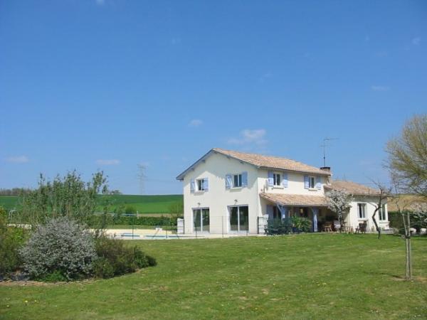 Te koop vrijstaand huis met groot zwembad net buiten een for Eigen huis en tuin huis te koop